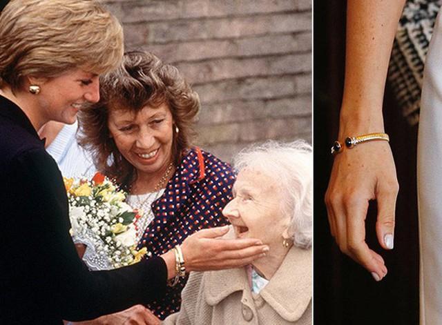 Tuyên bố mới gây sốc: Nữ hoàng Anh cấm Meghan sử dụng đồ trang sức của Công nương Diana quá cố nhưng Kate thì được phép vì lý do bất ngờ này - Ảnh 4.