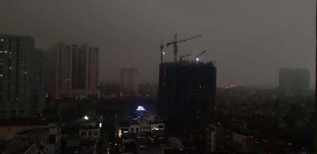 Trời Hà Nội tối đen, mưa như trút nước vào đúng giờ cao điểm sáng - Ảnh 5.