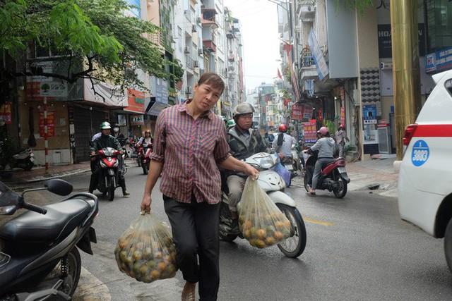 Đổ xô bán nước cam ép nguyên chất giá siêu rẻ, tiểu thương thu tiền triệu mỗi ngày - Ảnh 8.