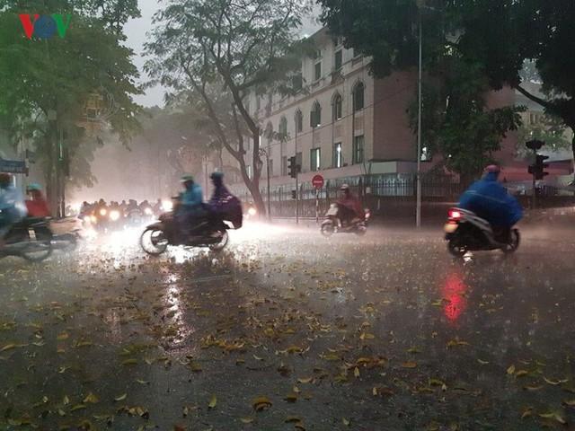 Trời Hà Nội tối đen, mưa như trút nước vào đúng giờ cao điểm sáng - Ảnh 9.