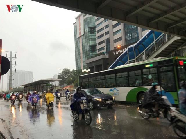 Trời Hà Nội tối đen, mưa như trút nước vào đúng giờ cao điểm sáng - Ảnh 10.