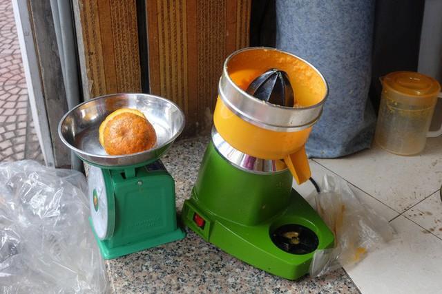 Đổ xô bán nước cam ép nguyên chất giá siêu rẻ, tiểu thương thu tiền triệu mỗi ngày - Ảnh 10.
