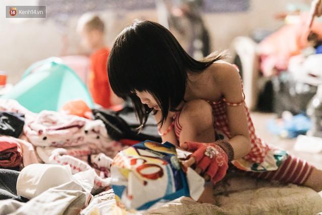 Bất ngờ nổi tiếng sau 1 đêm, bé gái 6 tuổi phối đồ chất ở Hà Nội trở về những ngày lang thang bán hàng rong cùng mẹ - Ảnh 2.