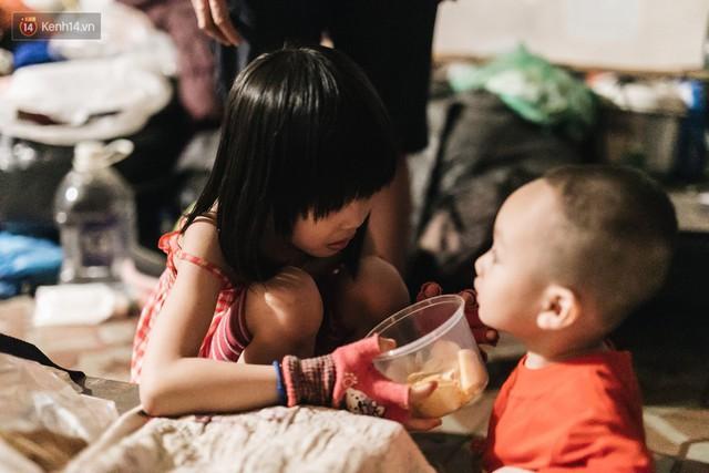 Bất ngờ nổi tiếng sau 1 đêm, bé gái 6 tuổi phối đồ chất ở Hà Nội trở về những ngày lang thang bán hàng rong cùng mẹ - Ảnh 11.