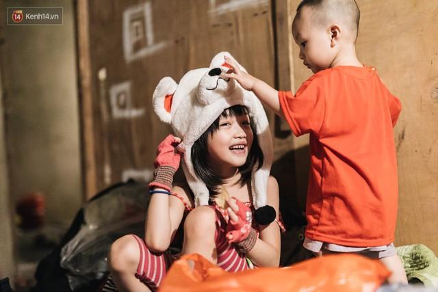 Bất ngờ nổi tiếng sau 1 đêm, bé gái 6 tuổi phối đồ chất ở Hà Nội trở về những ngày lang thang bán hàng rong cùng mẹ - Ảnh 4.