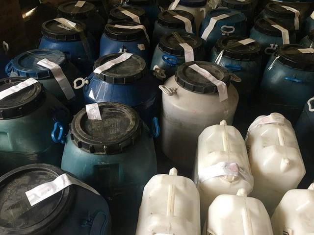 Phát hiện 2.000 lít dầu gội không rõ nguồn gốc - Ảnh 4.