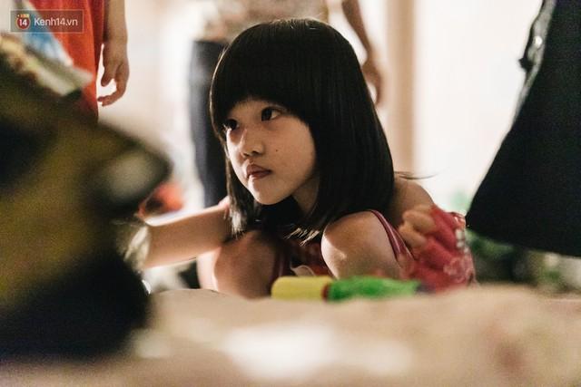 Bất ngờ nổi tiếng sau 1 đêm, bé gái 6 tuổi phối đồ chất ở Hà Nội trở về những ngày lang thang bán hàng rong cùng mẹ - Ảnh 6.