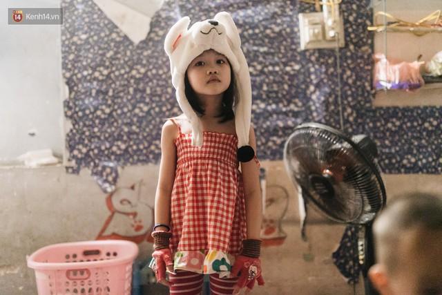 Bất ngờ nổi tiếng sau 1 đêm, bé gái 6 tuổi phối đồ chất ở Hà Nội trở về những ngày lang thang bán hàng rong cùng mẹ - Ảnh 7.