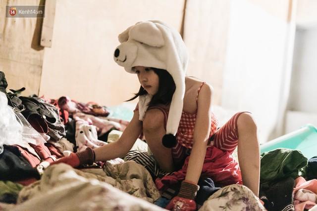 Bất ngờ nổi tiếng sau 1 đêm, bé gái 6 tuổi phối đồ chất ở Hà Nội trở về những ngày lang thang bán hàng rong cùng mẹ - Ảnh 8.