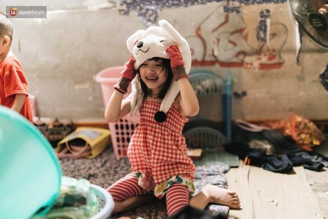 Bất ngờ nổi tiếng sau 1 đêm, bé gái 6 tuổi phối đồ chất ở Hà Nội trở về những ngày lang thang bán hàng rong cùng mẹ - Ảnh 10.
