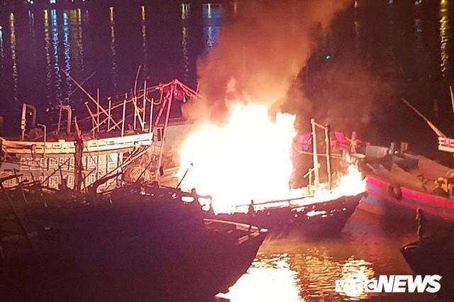 Điều động 5 xe cứu hỏa, 40 chiến sĩ cứu tàu cá bốc cháy dữ dội lúc rạng sáng - Ảnh 1.
