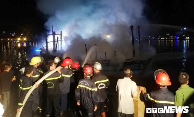 Điều động 5 xe cứu hỏa, 40 chiến sĩ cứu tàu cá bốc cháy dữ dội lúc rạng sáng - Ảnh 2.