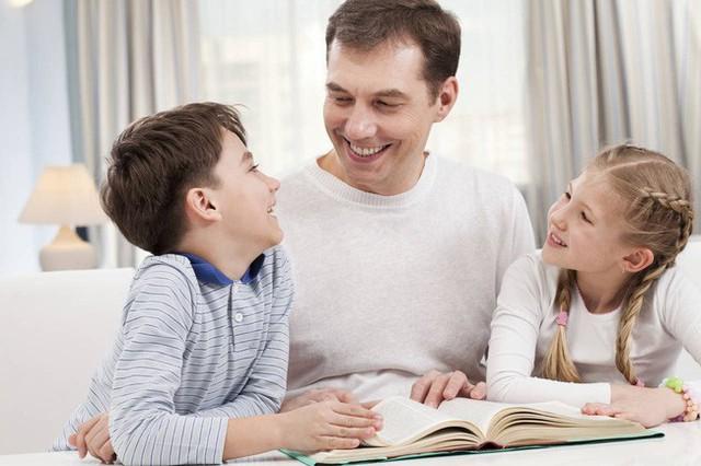 Bạn càng chỉ trách con, con bạn càng trở nên tệ. Sau khi con mắc lỗi, cha mẹ chỉ cần hỏi 8 câu này để giúp con nhận ra vấn đề và phát triển tư duy! - Ảnh 1.