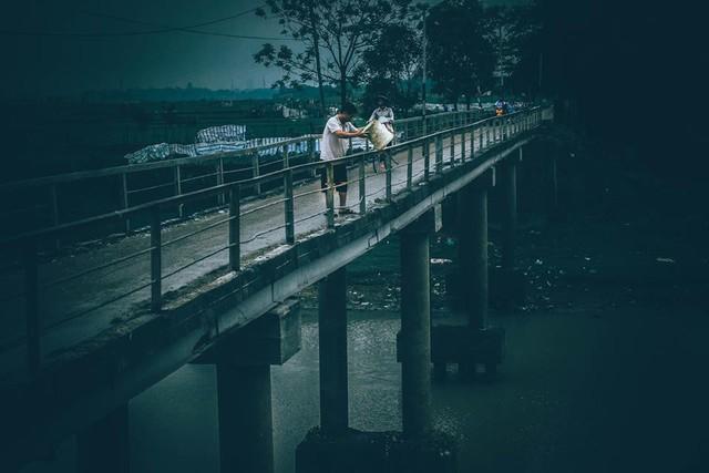 Chuyện đau đầu của Thử thách dọn rác: Bục mặt 4 tiếng dọn sạch chân cầu Xuân Lai, đến chiều người dân lại... vứt rác - Ảnh 4.