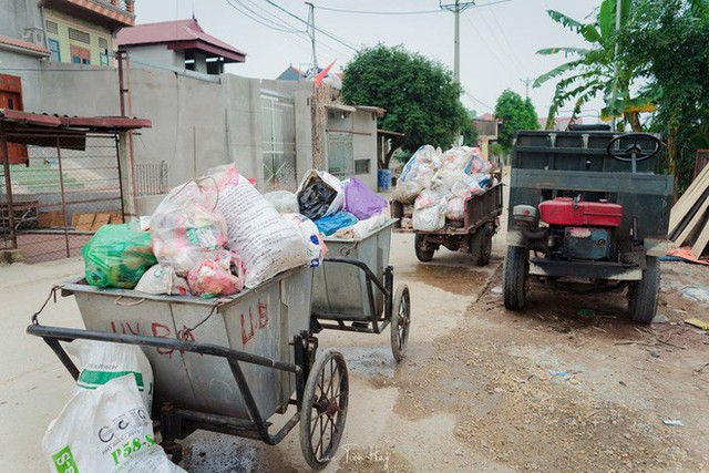 Chuyện đau đầu của Thử thách dọn rác: Bục mặt 4 tiếng dọn sạch chân cầu Xuân Lai, đến chiều người dân lại... vứt rác - Ảnh 8.