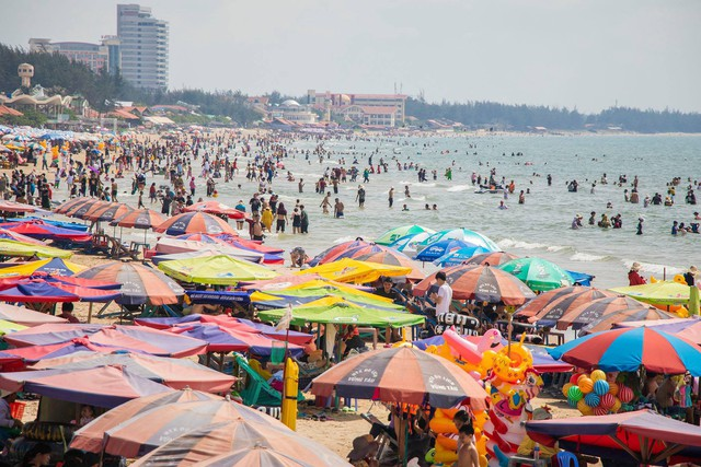 Hàng loạt điểm du lịch thất thủ dịp nghỉ lễ: Xem ảnh xong nhiều người thở phào vì đã ở nhà! - Ảnh 7.