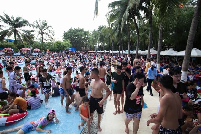 Ngộp thở ở công viên nước ngày lễ: Chen chân tìm được 1 mét vuông để tắm cũng khó khăn hết sức! - Ảnh 7.