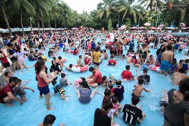 Ngộp thở ở công viên nước ngày lễ: Chen chân tìm được 1 mét vuông để tắm cũng khó khăn hết sức! - Ảnh 6.