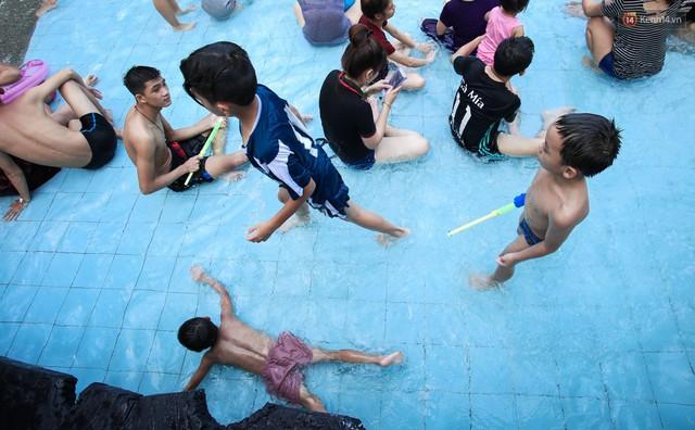 Ngộp thở ở công viên nước ngày lễ: Chen chân tìm được 1 mét vuông để tắm cũng khó khăn hết sức! - Ảnh 14.