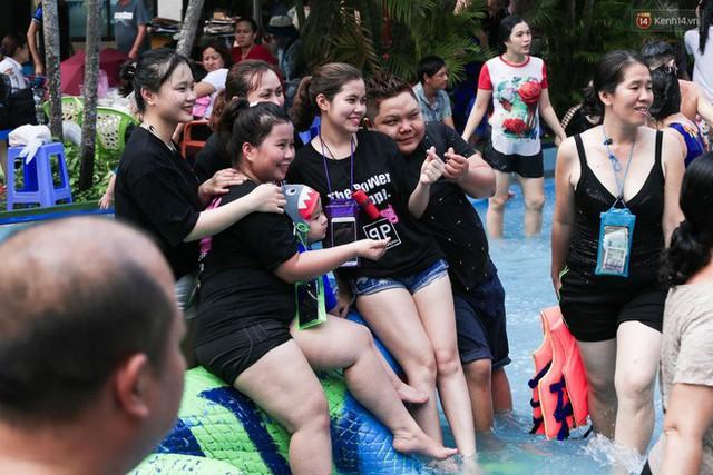 Ngộp thở ở công viên nước ngày lễ: Chen chân tìm được 1 mét vuông để tắm cũng khó khăn hết sức! - Ảnh 19.