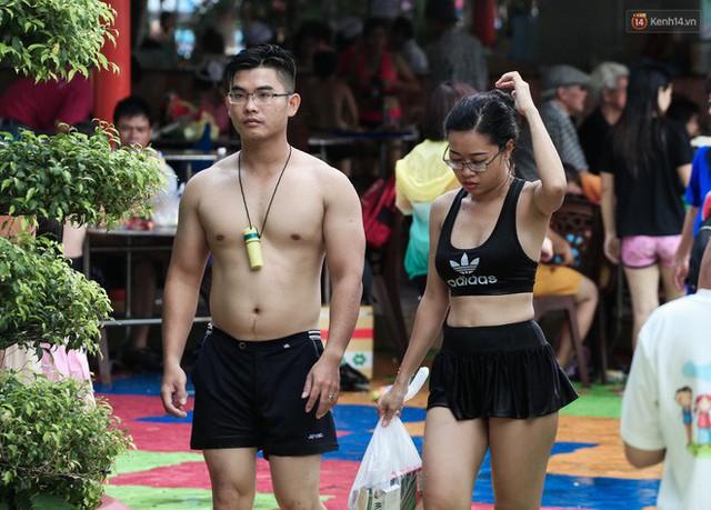 Ngộp thở ở công viên nước ngày lễ: Chen chân tìm được 1 mét vuông để tắm cũng khó khăn hết sức! - Ảnh 21.