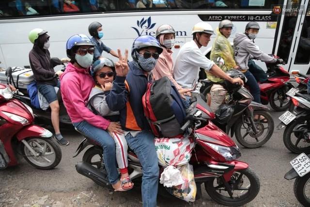Hết 5 ngày nghỉ lễ, người dân cả nước tấp nập trở lại thành phố chuẩn bị cho những ngày làm việc tiếp theo - Ảnh 16.