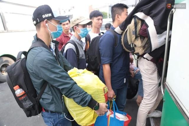 Hết 5 ngày nghỉ lễ, người dân cả nước tấp nập trở lại thành phố chuẩn bị cho những ngày làm việc tiếp theo - Ảnh 17.