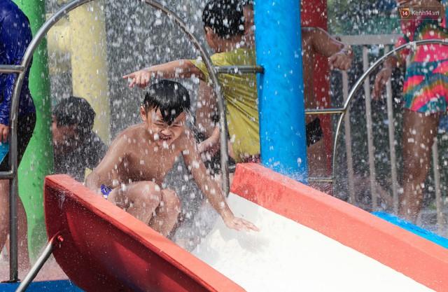 Ngộp thở ở công viên nước ngày lễ: Chen chân tìm được 1 mét vuông để tắm cũng khó khăn hết sức! - Ảnh 24.
