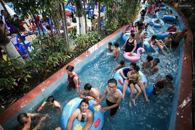 Ngộp thở ở công viên nước ngày lễ: Chen chân tìm được 1 mét vuông để tắm cũng khó khăn hết sức! - Ảnh 25.