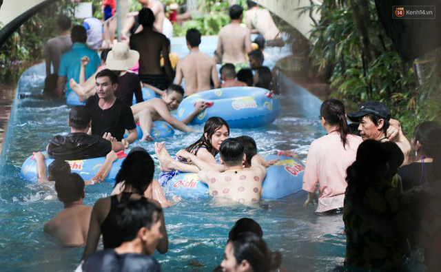 Ngộp thở ở công viên nước ngày lễ: Chen chân tìm được 1 mét vuông để tắm cũng khó khăn hết sức! - Ảnh 26.