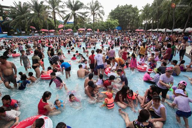 Ngộp thở ở công viên nước ngày lễ: Chen chân tìm được 1 mét vuông để tắm cũng khó khăn hết sức! - Ảnh 4.