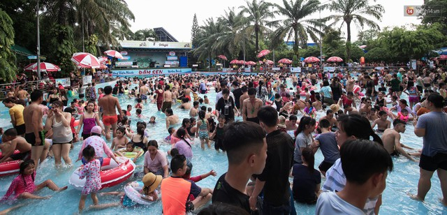 Ngộp thở ở công viên nước ngày lễ: Chen chân tìm được 1 mét vuông để tắm cũng khó khăn hết sức! - Ảnh 5.