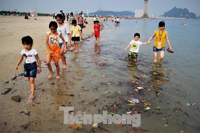Trẻ ngụp lặn bơi trong rác biển ở Hạ Long - Ảnh 6.