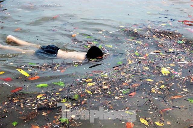 Trẻ ngụp lặn bơi trong rác biển ở Hạ Long - Ảnh 7.