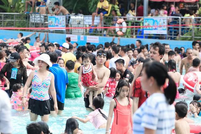 Ngộp thở ở công viên nước ngày lễ: Chen chân tìm được 1 mét vuông để tắm cũng khó khăn hết sức! - Ảnh 10.