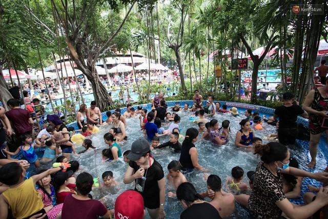 Ngộp thở ở công viên nước ngày lễ: Chen chân tìm được 1 mét vuông để tắm cũng khó khăn hết sức! - Ảnh 16.