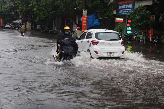 Mưa lớn trong đêm, đường TP Hà Tĩnh biến thành sông  - Ảnh 1.