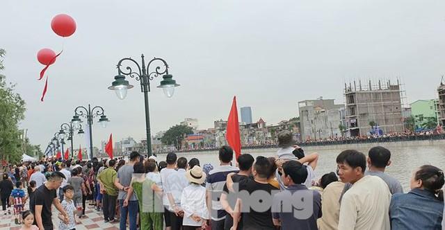 Nghìn người đổ xô đi xem thiên nga trên sông Tam Bạc - Ảnh 2.