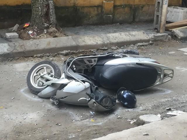 CLIP: Nữ tài xế lùi xe Camry tông chết người đi xe máy ở Hà Nội - Ảnh 3.