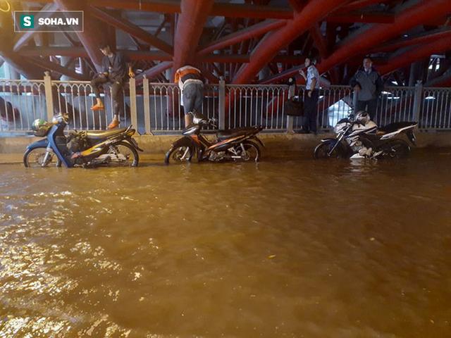Đang mưa lớn diện rộng ở Sài Gòn, nhiều phố phường ngập sâu - Ảnh 1.