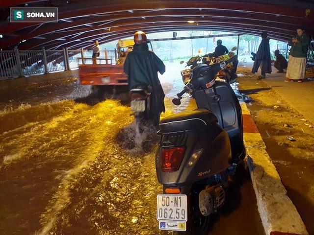 Đang mưa lớn diện rộng ở Sài Gòn, nhiều phố phường ngập sâu - Ảnh 2.
