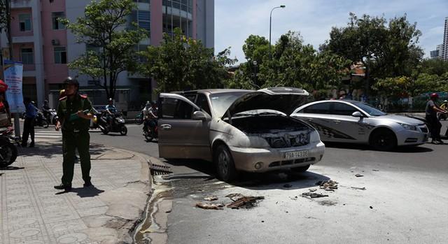 Ô tô 7 chỗ đang chạy đột nhiên bốc cháy, tài xế đẩy cửa thoát thân - Ảnh 1.