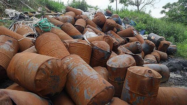 Rác thùng phuy nghi chất thải công nghiệp đổ bậy bên Đại lộ Thăng Long - Ảnh 1.