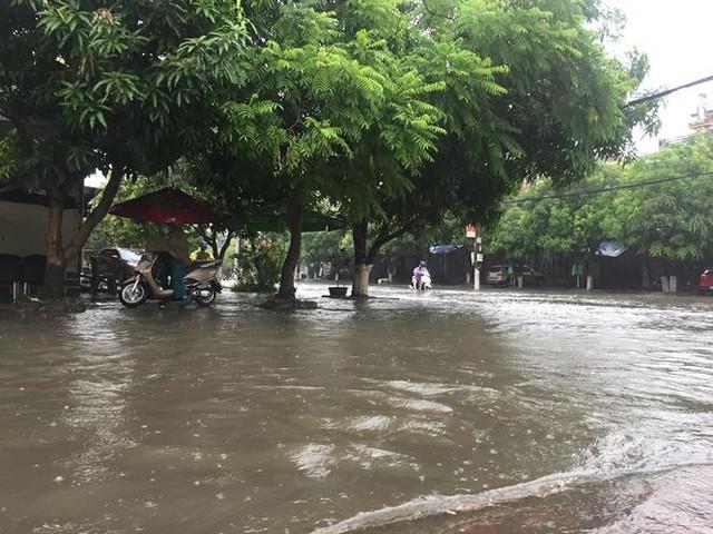 Mưa lớn trong đêm, đường TP Hà Tĩnh biến thành sông  - Ảnh 12.