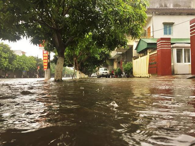 Mưa lớn trong đêm, đường TP Hà Tĩnh biến thành sông  - Ảnh 13.