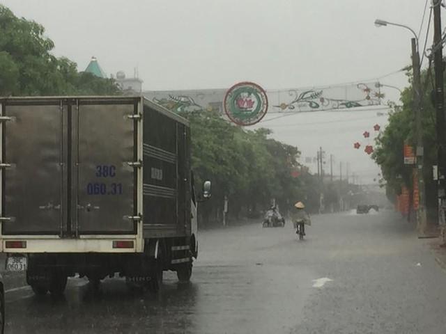 Mưa lớn trong đêm, đường TP Hà Tĩnh biến thành sông  - Ảnh 3.