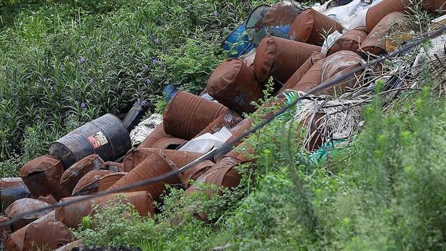 Rác thùng phuy nghi chất thải công nghiệp đổ bậy bên Đại lộ Thăng Long - Ảnh 3.