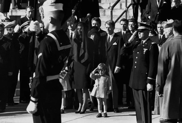Đã hơn 50 năm, bức ảnh con trai Tổng thống Mỹ giơ tay chào quan tài bố ngay trong ngày sinh nhật vẫn luôn khiến người ta xót xa - Ảnh 4.