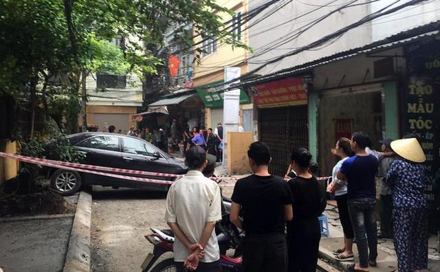 CLIP: Nữ tài xế lùi xe Camry tông chết người đi xe máy ở Hà Nội - Ảnh 6.