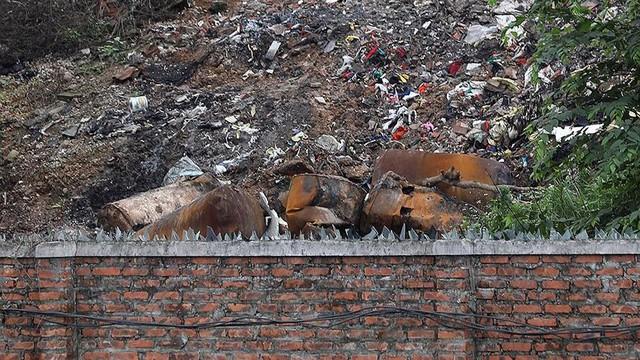 Rác thùng phuy nghi chất thải công nghiệp đổ bậy bên Đại lộ Thăng Long - Ảnh 5.